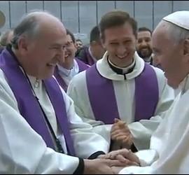 El Papa saluda a un sacerdote impedido