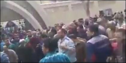 La multitud huyendo del templo.