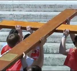 Jóvenes panameños cargan con la cruz peregrina de la JMJ