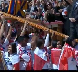 Jóvenes panameños levantan la cruz peregrina de la JMJ