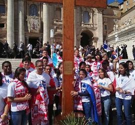 Jóvenes panameños rodean la cruz peregrina