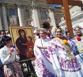 Jóvenes panameños, con el icono de la Virgen y la cruz peregrina