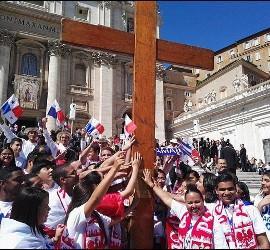 Jóvenes panameños con la cruz peregrina de la JMJ