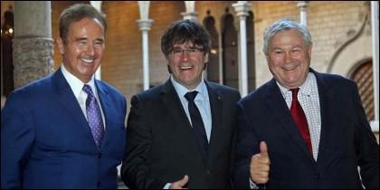 El presidente catalán, Carles Puigdemont (c), con los congresistas estadounidenses Dana Rohrabacher (d) y Brian Higgins (i).
