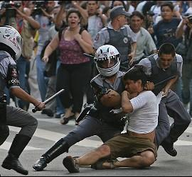 Policías chavistas atacan a un joven opositor en Venezuela.