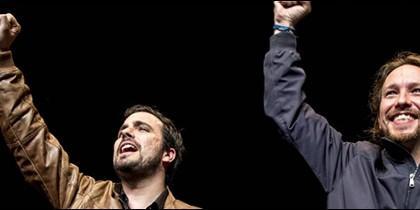 Alberto Garzón y Pablo Iglesias, puño en alto.