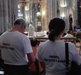 Protesta de fieles de Friol en la catedral de Lugo