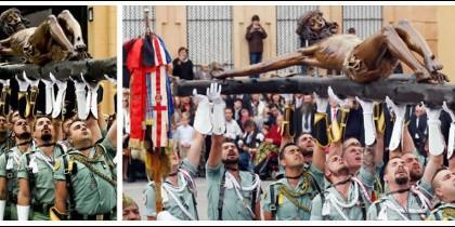 Dos instantes de la procesión de la Legión en Málaga.