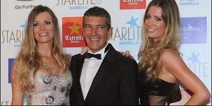 Antonio Banderas con las gemelas Kimpel.