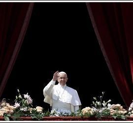 Francisco saluda desde el balcón