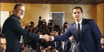Mariano Rajoy (PP) con el líder de Ciudadanos, Albert Rivera.