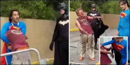 La plaiza de Superman al vagabundo, ante la mirada de Batman.