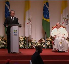 El Papa Francisco escucha a Michel Temer