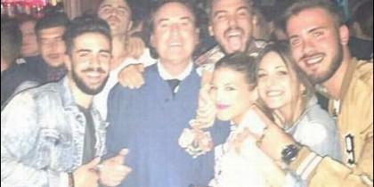 Pipi Estrada de Nazareno en una discoteca