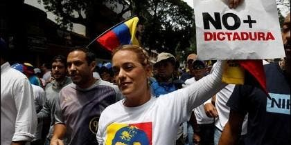 Lilian Tintoria marcha contra la dictura chavista.