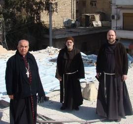 El padre Ibrahim y otros miembros de la comunidad