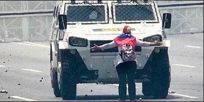 La mujer que se enfrento a la tanqueta chavista en Venezuela.
