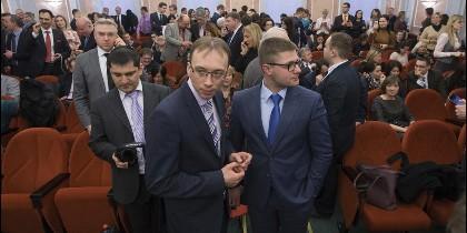 Miembros de los Testigos de Jehová esperan la sentencia en un tribunal de Moscú.