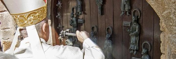 Osoro golpea la puerta con un martillo, siguiendo el ritual