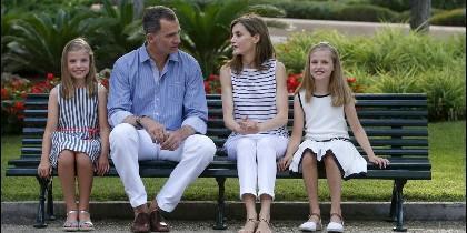 La familia real posa sentada en un banco del Palacio de Marivent