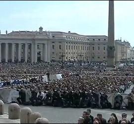Decenas de miles de fieles escuchan al Papa en la audiencia