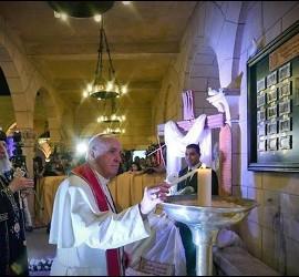 Francisco y Tawadros rezan en la iglesia copta