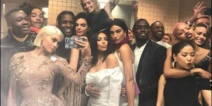 Kylie Jenner organizó este selfie grupal en la gala MET.
