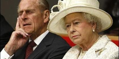 El Duque de Edimbirgo se echa una siesta, al lado de la Reina Isabel II.