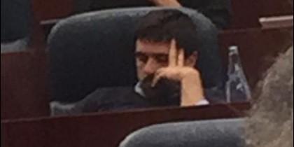 Ramón Espinar (PODEMOS) durmiendo la siesta en la Asamblea.