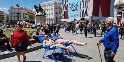Los dos turistas tumbados en sus hamacas en medio de la Puerta del Sol.