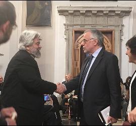Riccardi saluda al obispo griego