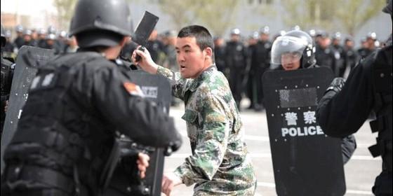 Policía chica contra un uigur