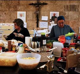 Voluntarias sirven comida en la iglesia de Santa Anna