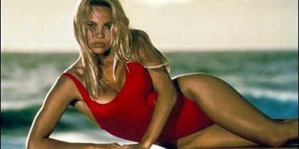 Pamela Anderson con el bañador rojo