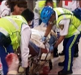 Paramédicos atienden al sacerdote apuñalado en la Catedral Metropolitana de Ciudad de México