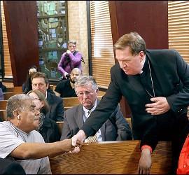 El cardenal Tobin saluda a Catalino Guerrero