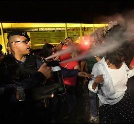 La policía brasileña reprime las protestas contra el presidente Temer.