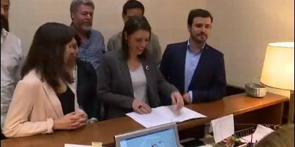 Montero, Garzón y los de Unidos Podemos registran la moción de censura para 'sacar al PP del Gobierno'.