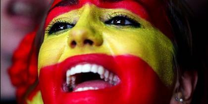 Una mujer con la bandera de España pintada en la cara
