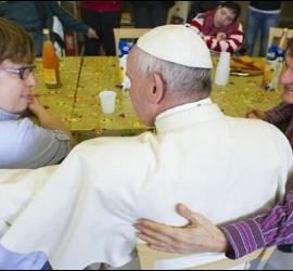 El Papa, con los familiares de Ostia