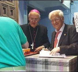 El cardenal Osoro y el padre Ángel reparten la cena en San Antón