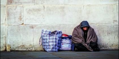 Un mendigo sin techo, que vive y duerme en la calle.