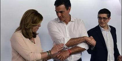 Pedro Sánchez estrecha la mano a Susana Díaz y a Patxi López.