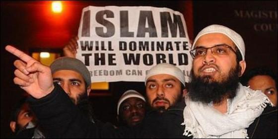 Fanáticos islámicos con una pancarta en la que anuncian que dominarán el mundo.