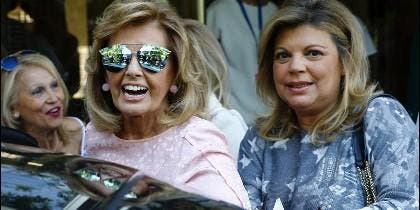 María Teresa Campos,iz, acompañada de su hija Terelu,d., a su salida del las Fundación Jiménez Diaz, tras recibir hoy el alta médica.