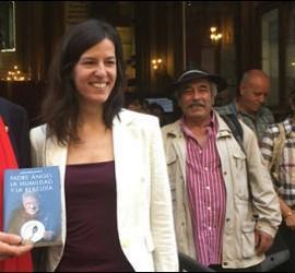 El padre Ángel, con Lucía López durante la presentación del libro