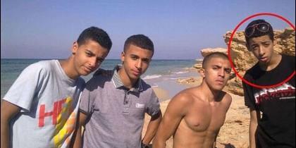 Junto a sus amigos, dentro del círculo rojo, Salman Abedi en las playas de Libia.