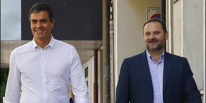 Pedro Sánchez entra en la sede del PSOE en Ferraz, escoltado por Ábalos.