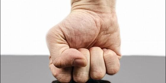 Violencia, fuerza, agresión, puño.
