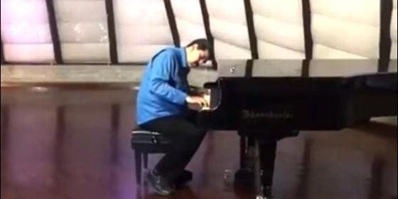 Maduro al piano
